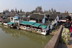 Zhujiajiao från den Fangsheng bron Royaltyfria Bilder