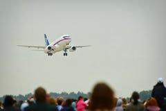 Zhukovsky, região de Moscou, Rússia - 24 de agosto de 2009: O SSJ-100 é um avião de passagem regional moderno em MAKS-2009 Fotos de Stock Royalty Free