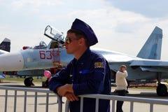 ZHUKOVSKY, ROSJA, JUL 2015: Kosmiczna samolot wystawa MAKS 2015 Samolotu pilot w marynarek wojennych jednolitych i brown słońc sz Obrazy Royalty Free