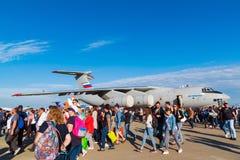 Zhukovsky, Rusland - Juli 24 2017 De mensen tegen de achtergrond van een vliegtuig IL-76md 90a bij internationale ruimtevaart ton Stock Foto