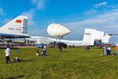 Zhukovsky, Rusland - Juli 24 2017 Mensen tegen de achtergrond van vliegtuig m-4 Atlant met merkteken bij internationale ruimtevaa Royalty-vrije Stock Afbeeldingen