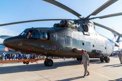 Zhukovsky Ryssland - Juli 24 2017 Rysk tung transporthelikopter som kan användas till mycket Mi 26 på den internationella rymdsho Arkivfoton