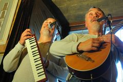 Zhytomyr, Ουκρανία - 15 Αυγούστου 2017: Μουσική τραγουδιού δύο αστεία δίδυμη παίζοντας ANG από κοινού Στοκ φωτογραφία με δικαίωμα ελεύθερης χρήσης