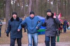 Zhytomyr, Ουκρανία - 19 Ιανουαρίου 2016: Η αστυνομία που συλλήφθηκε το άτομο Στοκ φωτογραφία με δικαίωμα ελεύθερης χρήσης