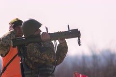 Zhytomyr, Ουκρανία - 5 Μαρτίου 2015: Στρατιωτικός πυροβολισμός από το μπαζούκας στο warfield Στοκ Φωτογραφία
