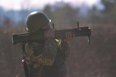 Zhytomyr, Ουκρανία - 5 Μαρτίου 2015: Στρατιωτικός πυροβολισμός από το μπαζούκας στο warfield Στοκ Φωτογραφίες