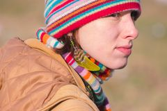 Zhytomyr, Ουκρανία - 3 Οκτωβρίου 2015: ελκυστική νέα γυναίκα στο εθνικό φτερό κοσμήματος στοκ εικόνα
