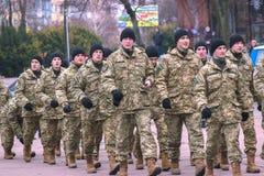Zhytomyr, Ουκρανία - 26 Φεβρουαρίου 2016: Στρατιωτική στρατιωτική παρέλαση, σειρές των στρατιωτών Στοκ Εικόνα