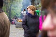 Zhytomyr, Украина - 19-ое октября 2015: женщина на справедливый смотреть вокруг Стоковое фото RF