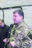 ZHYTOMYR, УКРАИНА - 10-ое октября 2014: Президент Petro Poroshenko принимать фабрика танка отверстия Стоковое фото RF