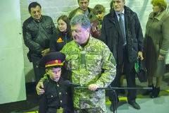 ZHYTOMYR, УКРАИНА - 10-ое октября 2014: Президент Petro Poroshenko принимать фабрика танка отверстия Стоковые Фотографии RF