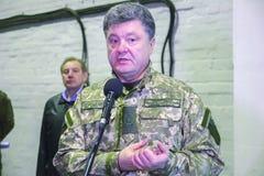 ZHYTOMYR, УКРАИНА - 10-ое октября 2014: Президент Petro Poroshenko принимать фабрика танка отверстия Стоковое Фото