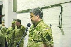 ZHYTOMYR, УКРАИНА - 10-ое октября 2014: Президент Petro Poroshenko принимать фабрика танка отверстия Стоковые Изображения RF
