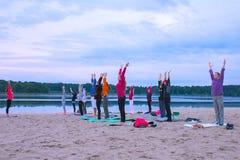 Zhytomyr, de Oekraïne - Augustus 9, 2015: Mensen die yoga uitoefenen bij zonsopgang Royalty-vrije Stock Fotografie
