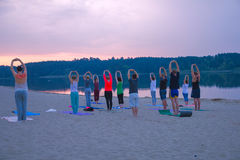 Zhytomyr, de Oekraïne - Augustus 9, 2015: Mensen die yoga uitoefenen bij zonsopgang Royalty-vrije Stock Foto's