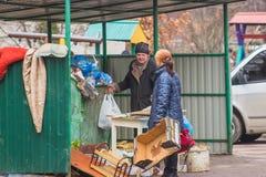 Zhytomyr, de Oekraïne - Februari 23, 2016: Bedelaars die voor voedsel zoeken Royalty-vrije Stock Foto
