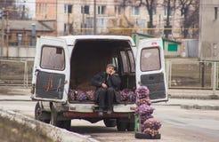 Zhytomyr, de Oekraïne - Februari 23, 2016: De mens verkoopt aardappel Stock Afbeelding