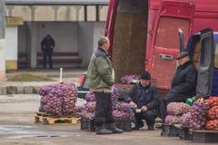 Zhytomyr, de Oekraïne - Februari 23, 2016: De mensen verkoopt aardappel Stock Foto's