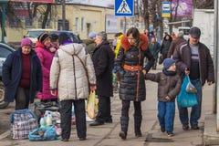 Zhytomyr, de Oekraïne - Februari 23, 2016: Mensen die bij markt lopen Stock Foto's