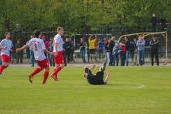 Zhytomyr, de OEKRAÏNE - Mei 21, 2017: De voetbalsters spelen het spel van het voetbalvoetbal op een open gebied stock foto's