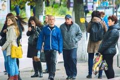 Zhytomyr, de Oekraïne - Oktober 19, 2015: de mensen communiceren op de straat Royalty-vrije Stock Fotografie