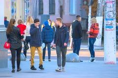 Zhytomyr, de Oekraïne - Oktober 19, 2015: de mensen communiceren op de straat Stock Afbeeldingen