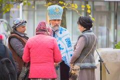Zhytomyr, de Oekraïne - September 29, 2017: De heilige vader spreekt met mensen royalty-vrije stock afbeelding