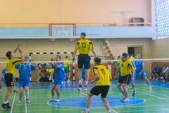Zhytomyr, de Oekraïne - September 05, 2015: Volleyballspel van Fysieke Cultuur bij sportenspeelplaats stock afbeelding