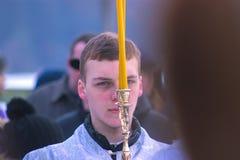 Zhytomyr, Ucrânia - 19 de janeiro de 2016: A criança guarda velas imagem de stock royalty free