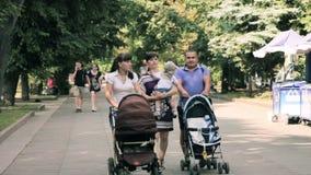 Zhytomyr, Ucrania - 18 de agosto de 2014: gente que camina en la calle metrajes