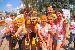 Zhytomyr, Ucrania - 25 de junio de 2016: la muchedumbre feliz de la gente que va de fiesta debajo de la nube colorida del polvo f Imágenes de archivo libres de regalías