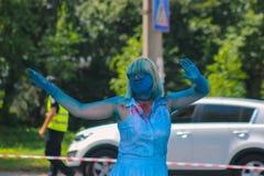Zhytomyr, Ucrania - 25 de junio de 2016: la muchedumbre feliz de la gente que va de fiesta debajo de la nube colorida del polvo f Imagen de archivo