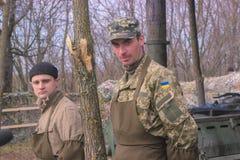 Zhytomyr, Ucrania - 5 de marzo de 2015: Los soldados en un alto limpian las armas, llenan la munición Fotos de archivo