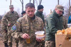 Zhytomyr, Ucrania - 5 de marzo de 2015: Los soldados en un alto limpian las armas, llenan la munición Foto de archivo libre de regalías
