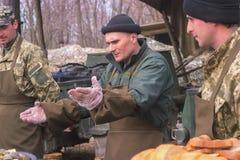 Zhytomyr, Ucrania - 5 de marzo de 2015: Los soldados en un alto limpian las armas, llenan la munición Fotos de archivo libres de regalías
