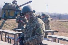 Zhytomyr, Ucrania - 5 de marzo de 2015: Los soldados en un alto limpian las armas, llenan la munición Imágenes de archivo libres de regalías