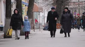 Zhytomyr, Ucrania - 15 de marzo de 2018: Gente que camina en la calle central metrajes