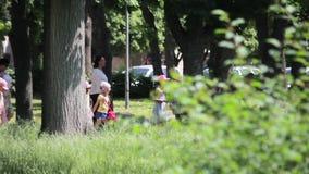 Zhytomyr, Ucrania - 21 de mayo de 2018: Niños de la guardería que caminan en el parque metrajes
