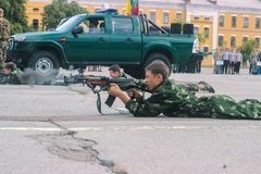 Zhytomyr, Ucrania - 3 de mayo de 2015: tiroteo adolescente feliz del muchacho en un tocón en la competencia Fotos de archivo libres de regalías