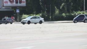 Zhytomyr, Ucrania - 21 de mayo de 2018: tráfico ligero con los coches en la calle almacen de metraje de vídeo