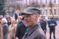 Zhytomyr, Ucrania - 15 de septiembre de 2015: Viejo hombre que protesta contra el gobierno Fotografía de archivo libre de regalías