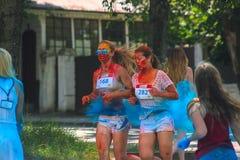 Zhytomyr Ukraina, Czerwiec, - 25, 2016: szczęśliwi ludzie tłumu bawi się pod kolorową proszek chmurą biegają rywalizację przy hol Zdjęcie Royalty Free