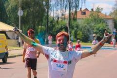 Zhytomyr Ukraina, Czerwiec, - 25, 2016: szczęśliwi ludzie tłumu bawi się pod kolorową proszek chmurą biegają rywalizację przy hol Obraz Royalty Free
