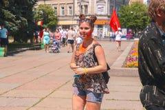 Zhytomyr Ukraina, Czerwiec, - 25, 2016: szczęśliwi ludzie tłumu bawi się pod kolorową proszek chmurą biegają rywalizację przy hol Obrazy Stock