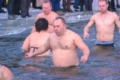 Zhytomyr Ukraina - Januari 19, 2016: Folk som firar epiphany Royaltyfri Fotografi