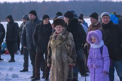 Zhytomyr Ukraina - Januari 19, 2016: Folk som firar epiphany på vintern Arkivfoto