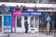 Zhytomyr Ukraina - Januari 8, 2018: Lata arbetare som överst vilar av ett nytt oavslutat tak royaltyfri fotografi