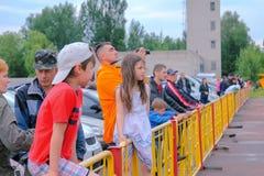 Zhytomyr Ukraina - Juni 20, 2015: Pojke- och flickasammanträde på ett staket Royaltyfria Bilder