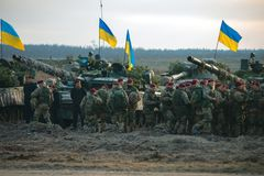 Zhytomyr Ukraina, Listopad, - 1, 2017: Ukraiński militarny zgromadzenie z zbiornikami zdjęcie stock