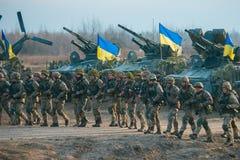 Zhytomyr Ukraina, Listopad, - 1, 2017: Ukraińskiego wojskowego iść strajk z zbiornikami zdjęcie royalty free